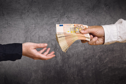 Hand reicht Geld C2A9 Bits and Splits Fotolia.com  - Home
