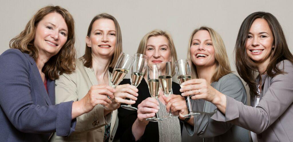 Gruppenfoto fuer Newsletter ohne Wasserzeichen 1024x496 1 - Next Generation – wir freuen uns über drei neue Partnerinnen!
